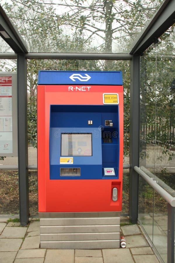 Máquina expendedora para los boletos en trainstation Waddinxveen Noord del tren de RNET imagen de archivo