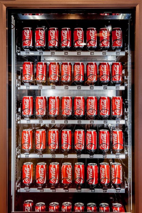 Máquina expendedora por completo de las latas de la Coca-Cola en Moscú, Rusia imagen de archivo libre de regalías