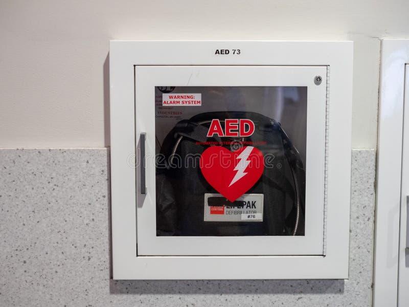 Máquina externa automatizada del AED del defibrillator en el aeropuerto de BWI imagen de archivo