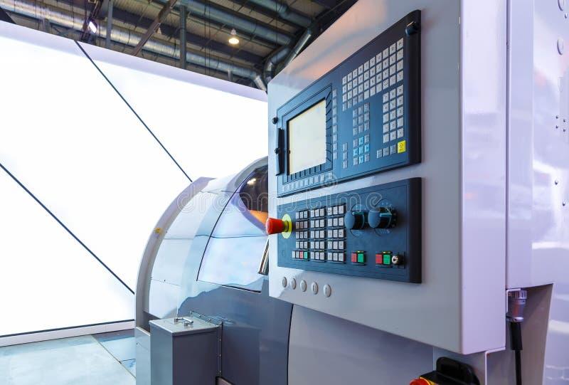 Máquina ferramenta com CNC do controle numérico de computador O CNC é a automatização das máquina ferramenta que são operadas per fotografia de stock