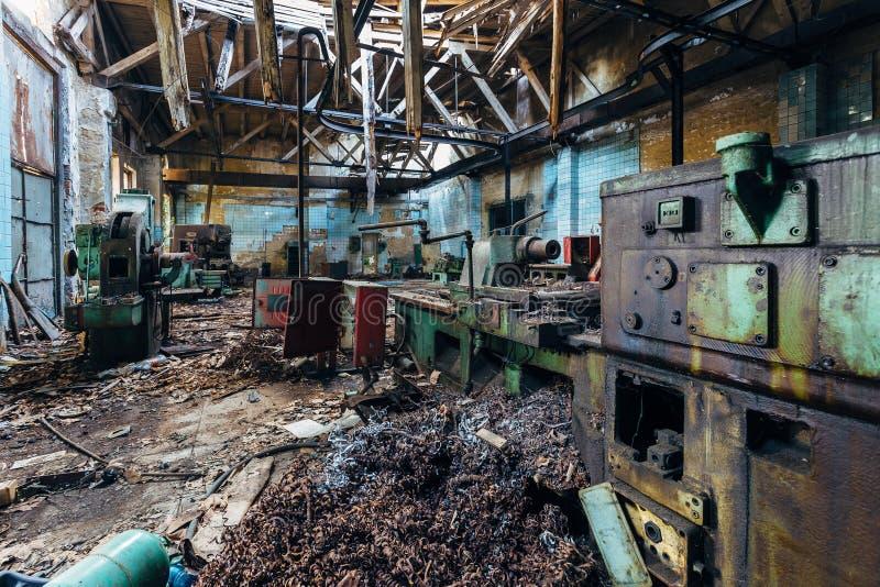 Máquina ferramenta industriais velhas na oficina Equipamento oxidado do metal na fábrica abandonada foto de stock