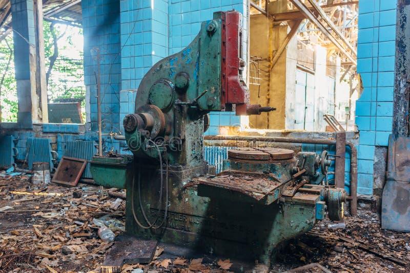Máquina ferramenta industriais velhas na oficina Equipamento oxidado do metal na fábrica abandonada fotografia de stock