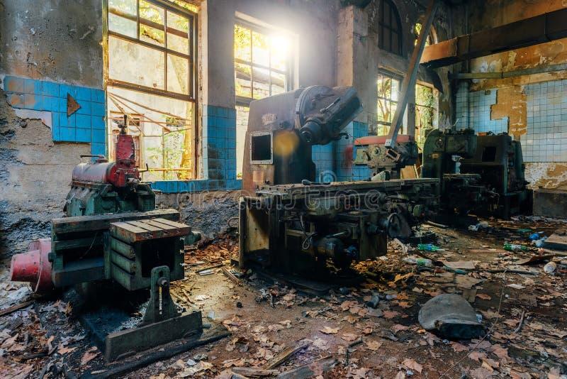 Máquina ferramenta industriais velhas na oficina Equipamento oxidado do metal na fábrica abandonada imagem de stock royalty free