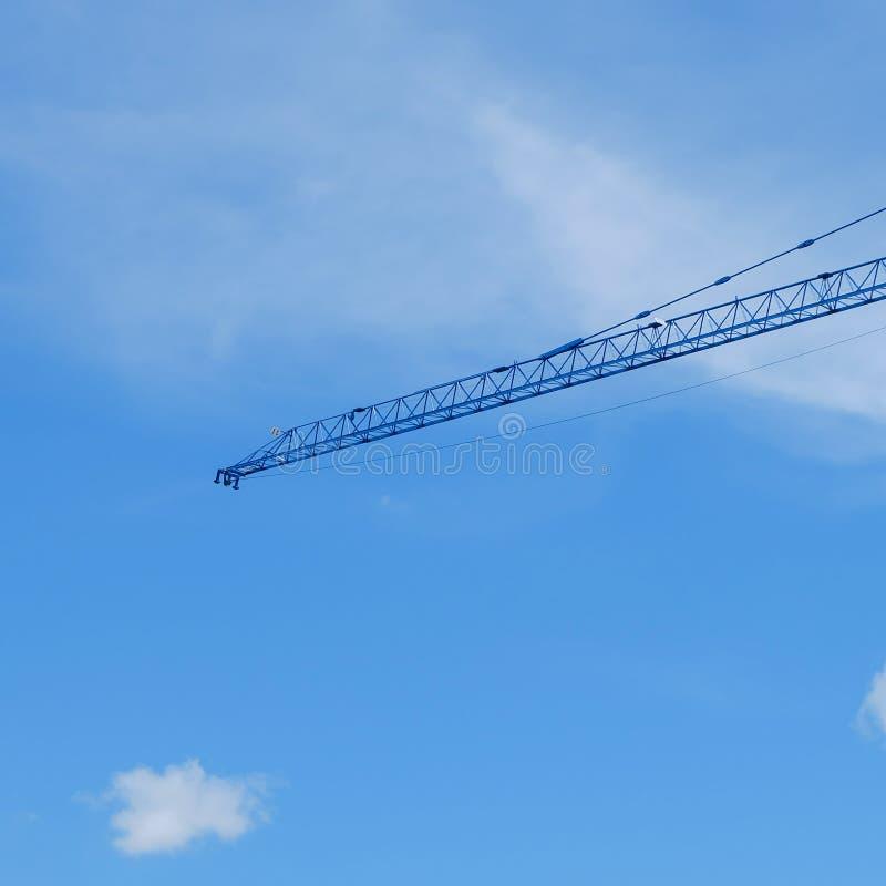 Máquina grande de la grúa de construcción con el cielo azul claro fotografía de archivo libre de regalías
