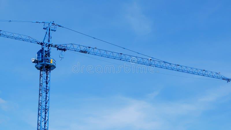 Máquina grande de la grúa de construcción con el cielo azul claro fotografía de archivo