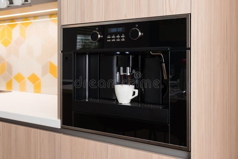 Máquina incorporado do café na cozinha imagem de stock royalty free