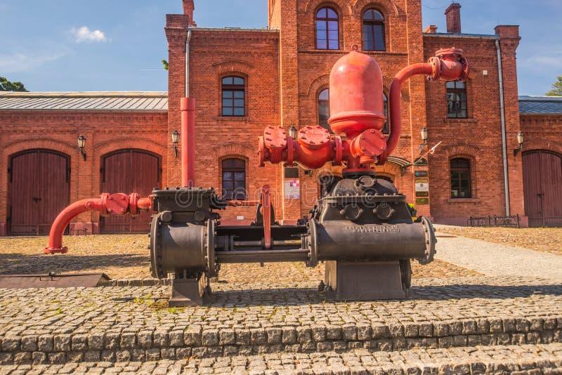 A máquina industrial antiga do vapor indicou a fábrica velha exterior fotografia de stock royalty free