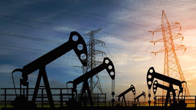 Máquina industrial de la energía de la plataforma petrolera de la bomba de aceite para el petróleo en la puesta del sol foto de archivo