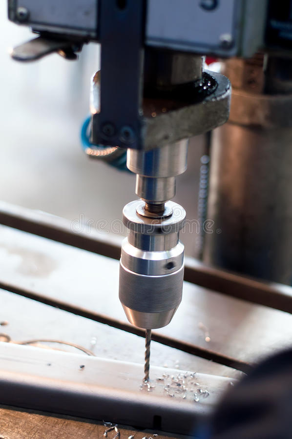 Máquina industrial del CNC que hace los agujeros simétricos imagen de archivo libre de regalías