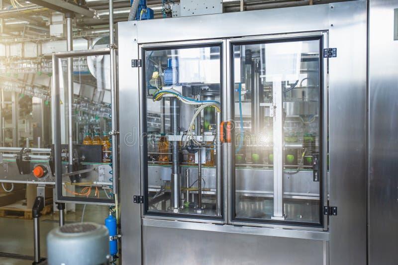 Máquina industrial para empaquetar de las botellas plásticas de la bebida en la planta para la producción de bebidas, de jugos y  fotografía de archivo libre de regalías