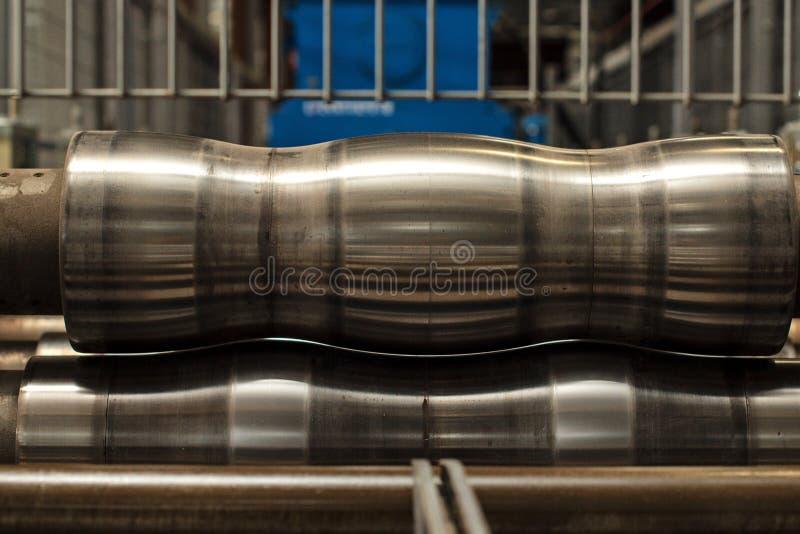 Máquina industrial para a produção de telhado do metal imagem de stock