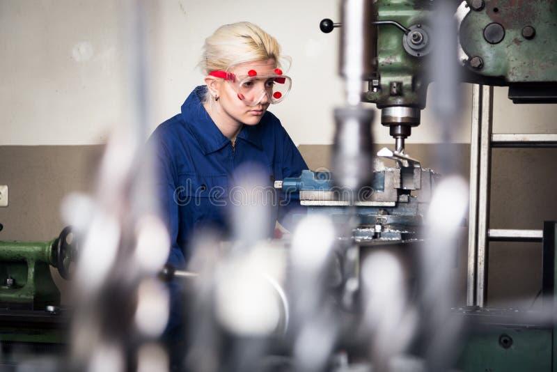Máquina joven de Apprentice On Milling del mecánico fotos de archivo