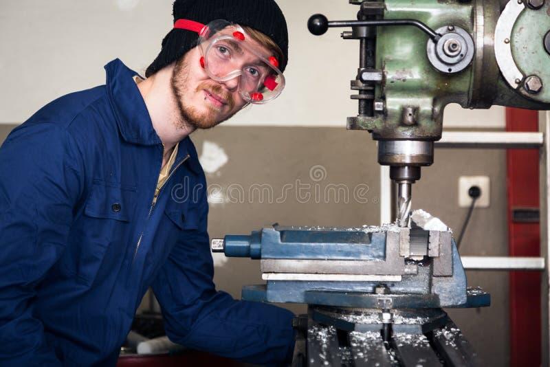 Máquina joven de Apprentice On Milling del mecánico foto de archivo libre de regalías