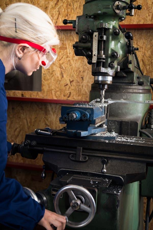 Máquina joven de Apprentice On Milling del mecánico fotografía de archivo libre de regalías