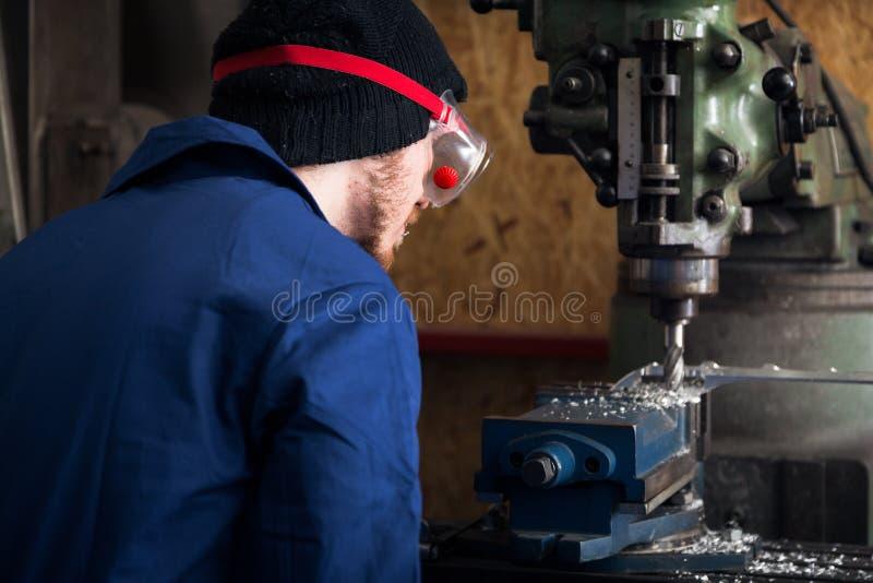 Máquina joven de Apprentice On Milling del mecánico imágenes de archivo libres de regalías