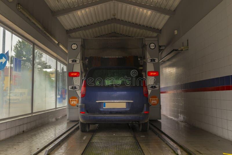 Máquina limpa de Washington do carro, lavagem de carro com esponja e mangueira foto de stock royalty free