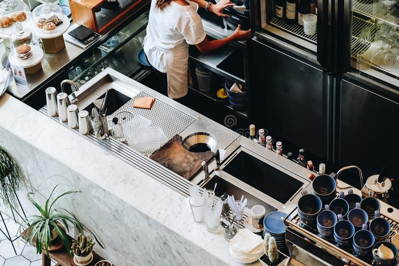 Máquina moderna de la barra contraria de la cafetería imagen de archivo