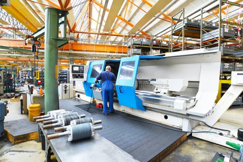 Máquina moderna grande del CNC para la producción de ejes para el indust imagen de archivo
