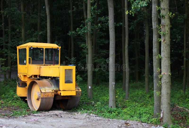 Máquina na floresta fotos de stock