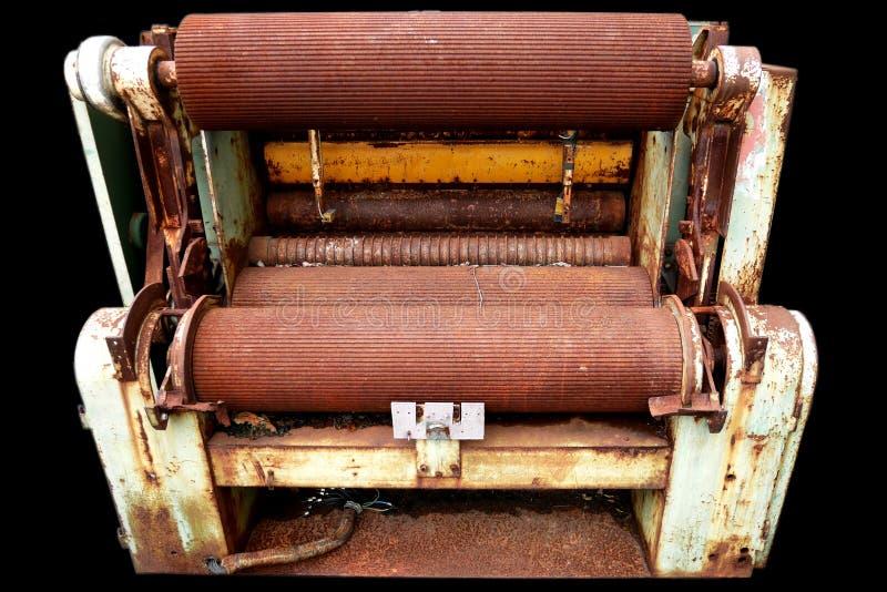 Máquina oxidada en fondo negro foto de archivo