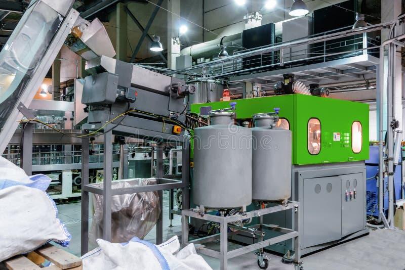 A máquina para fundir garrafas plásticas do ANIMAL DE ESTIMAÇÃO fotos de stock