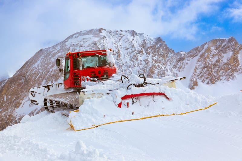 Máquina para las preparaciones de esquí de la cuesta en Kaprun Austria fotos de archivo