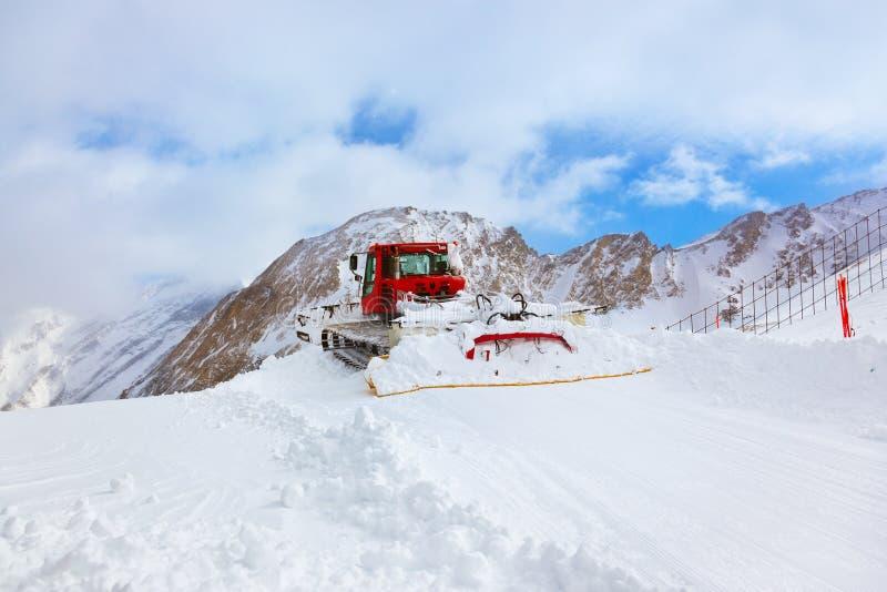 Máquina para las preparaciones de esquí de la cuesta en Kaprun Austria foto de archivo libre de regalías