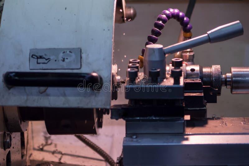 Máquina para o corte do metal para fazer as peças de metal fotografia de stock royalty free