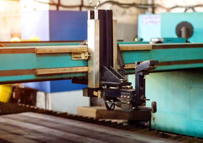 Máquina para o corte moderno do laser do plasma do metal, o corte do metal pelo plasma e o laser, tecnologia fotografia de stock