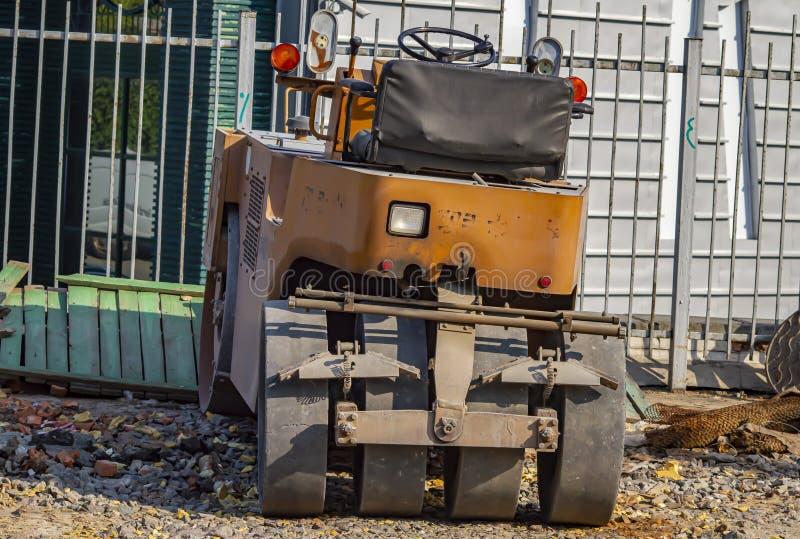 Máquina para pavimentar as ruas da cidade fotos de stock