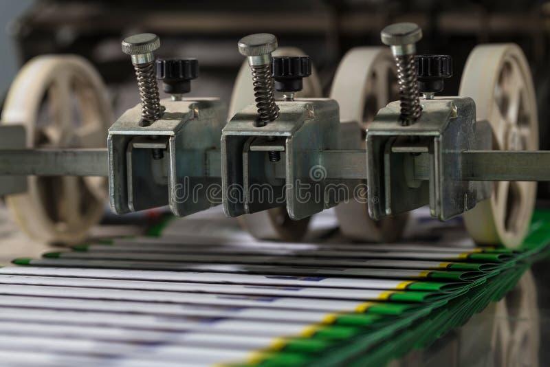 Máquina plegable industrial Demostración del flujo de trabajo Equipo para la impresión en color imagenes de archivo