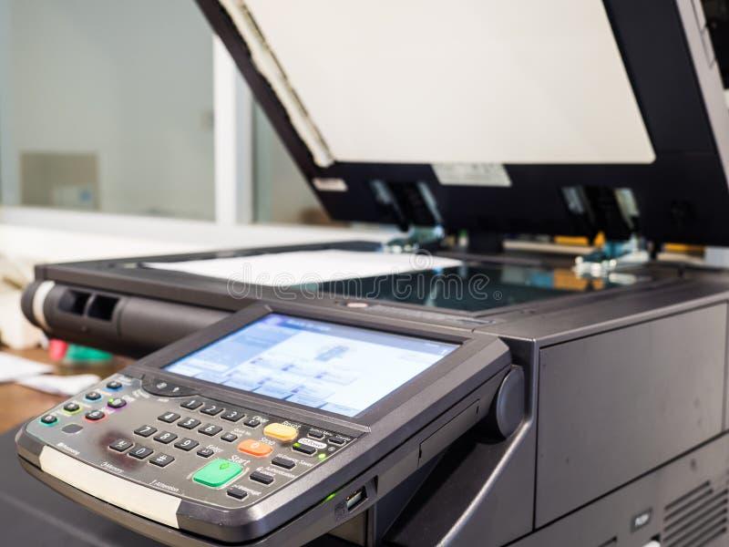 máquina preta do copyer no uso no escritório foto de stock