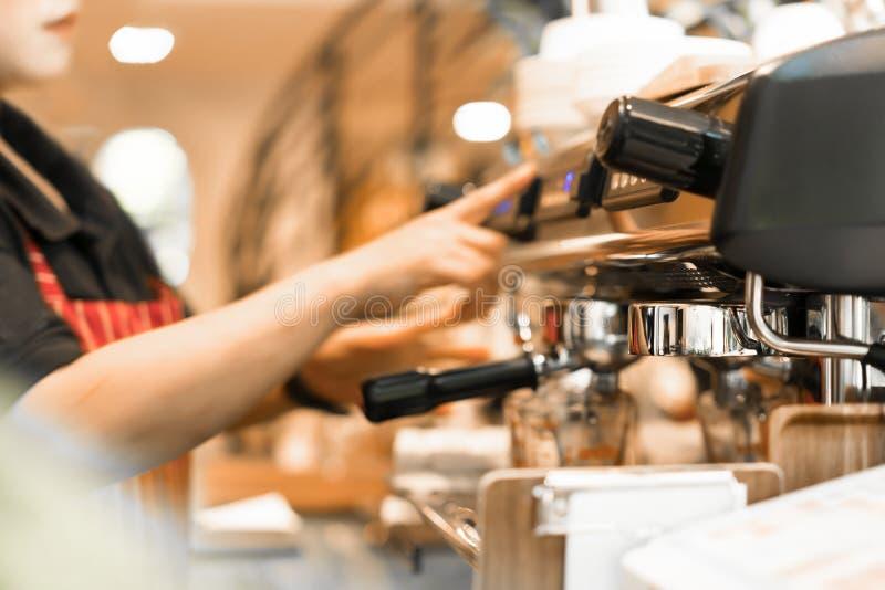 Máquina profissional do café na cafetaria ou no restaurante foto de stock