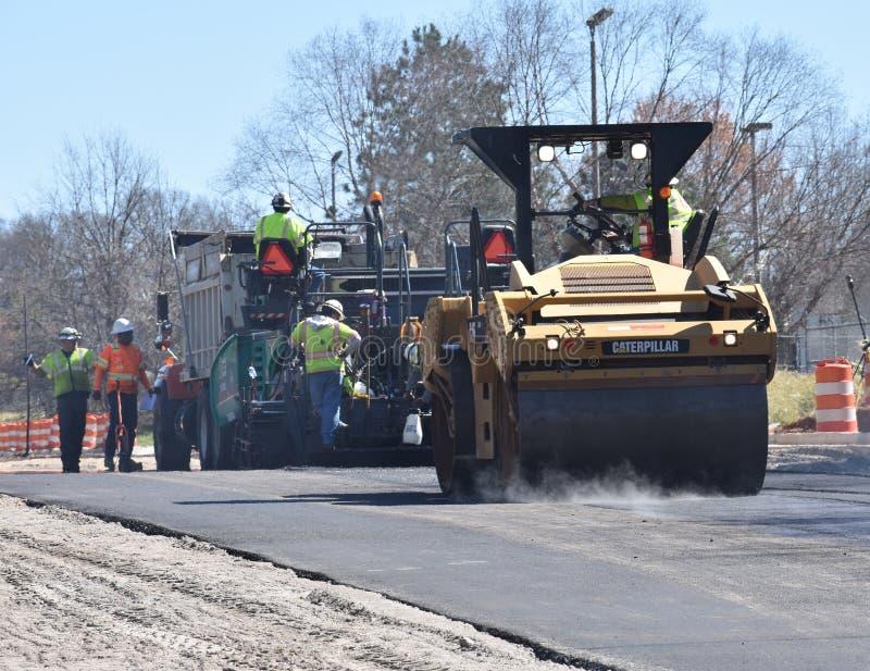 Máquina, rolo & grupo de pavimentação em um projeto da estrada imagens de stock royalty free