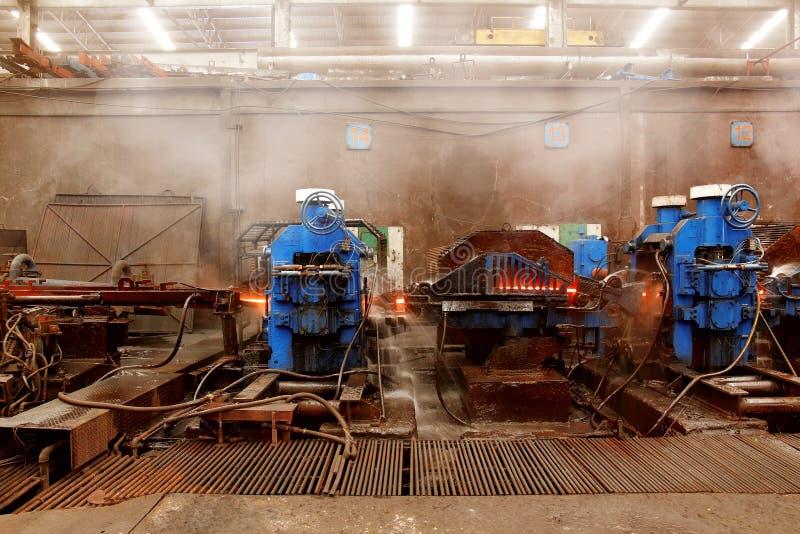A máquina rolou o aço na planta de aço da fundição foto de stock