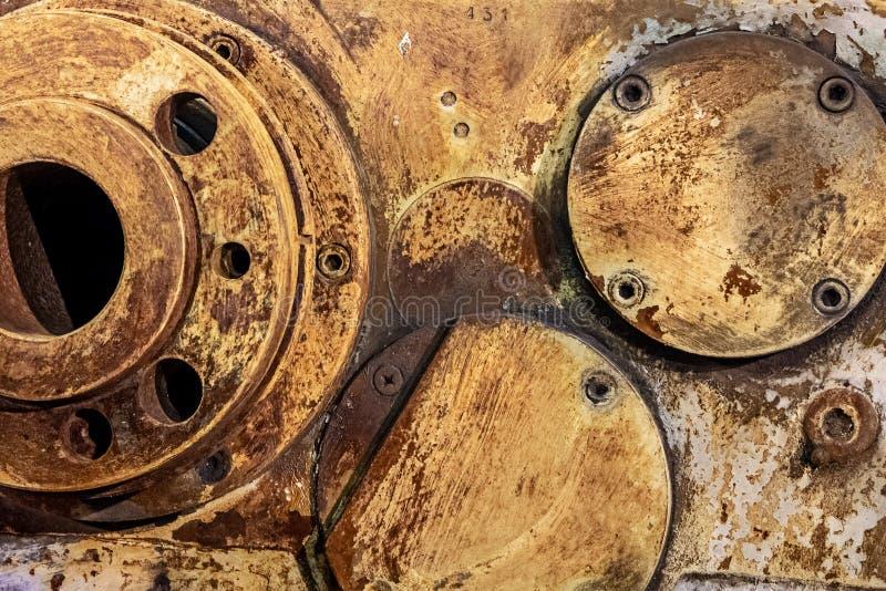 Máquina velha do metal oxidado na fábrica, textura amarela foto de stock