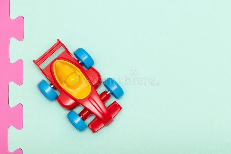 Máquina vermelha plástica do brinquedo das crianças, vista superior imagem de stock