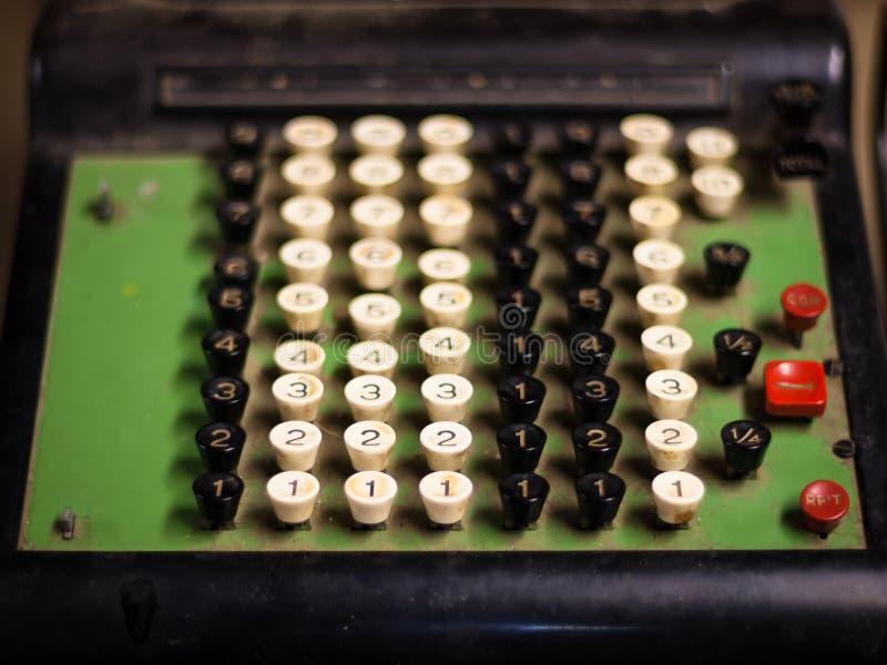 Máquina vieja de la caja registradora imágenes de archivo libres de regalías