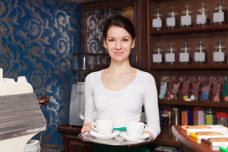 Máquina y muchacha de café express con café imagenes de archivo