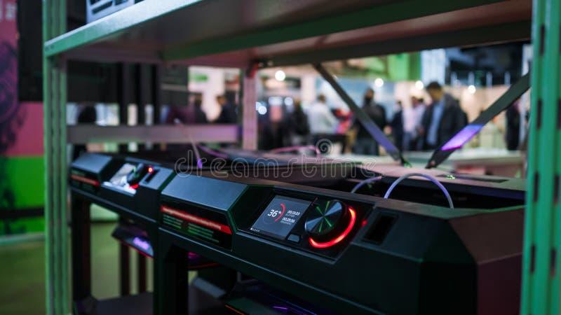 Máquinas automáticas da impressora 3D que trabalham na exposição moderna da tecnologia fotografia de stock royalty free