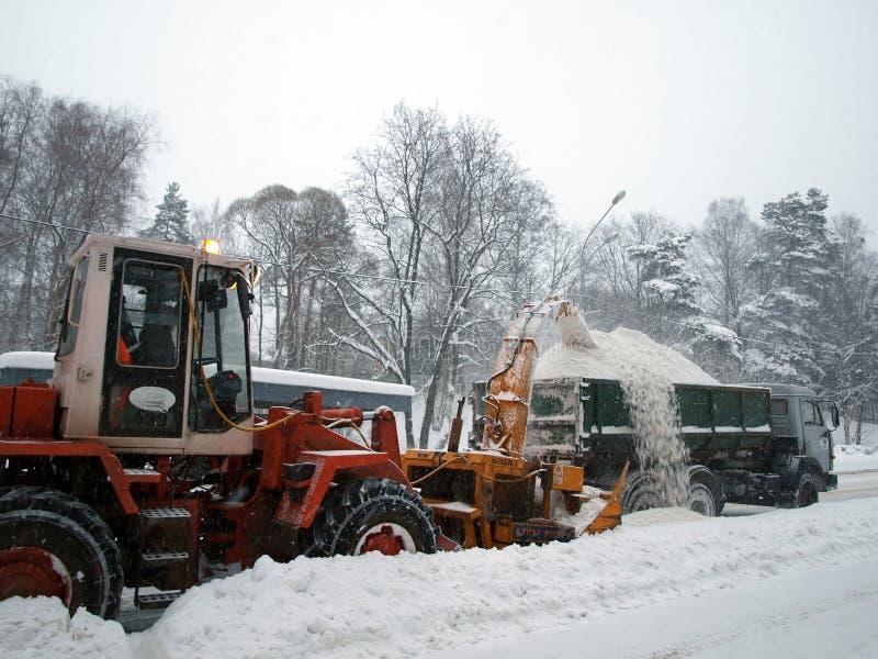 Máquinas da remoção de neve na estrada