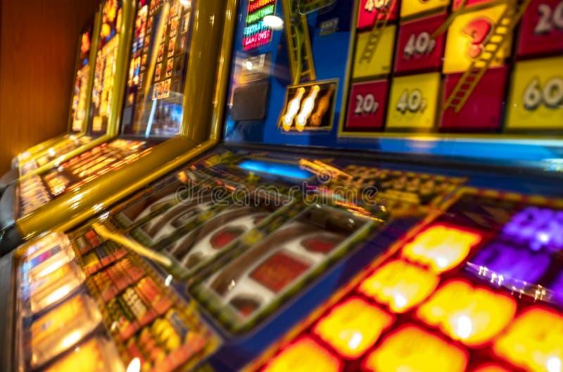 Máquinas de jogo que piscam no casino fotos de stock