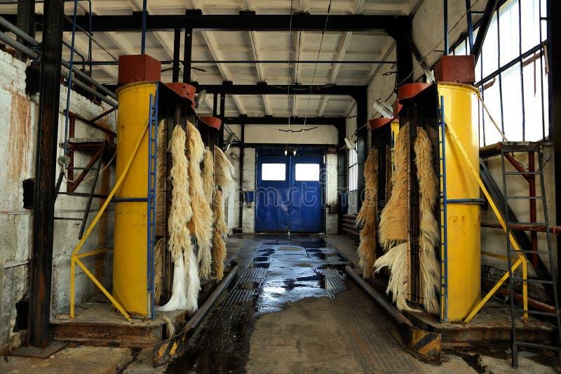 Máquinas de lavar vazias do ônibus bonde no depósito do ônibus bonde foto de stock royalty free