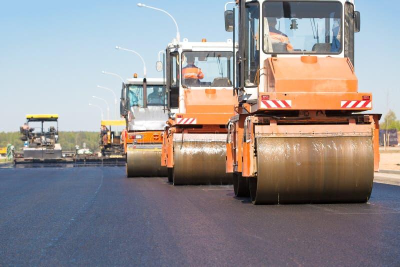 Máquinas de los rodillos de camino que condensan el asfalto fresco imágenes de archivo libres de regalías