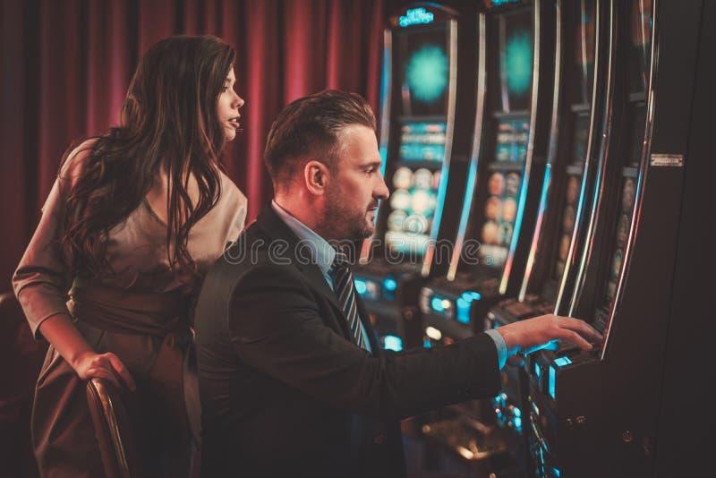 Máquinas de ranuras de Coulenear en un interior de lujo del casino fotos de archivo libres de regalías