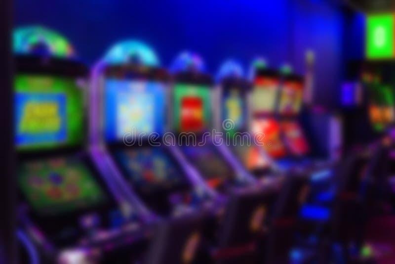 Máquinas de slot em um cassino Blurry imagem de stock