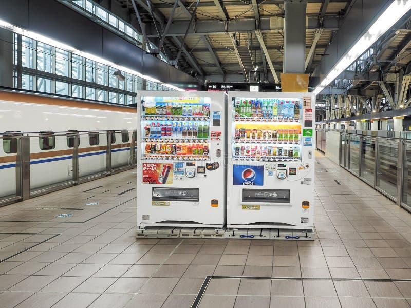 Máquinas de venda automática automáticas para as bebidas quentes e frias colocadas dentro da estação de Shinkansen do JÚNIOR imagens de stock royalty free