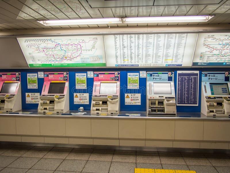 Máquinas de venda automática do bilhete na estação de metro do Tóquio, Japão imagens de stock