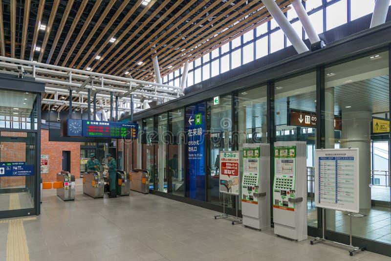 Máquinas de venda automática do bilhete na frente da porta de transferência em Shin-Hakoda imagem de stock royalty free