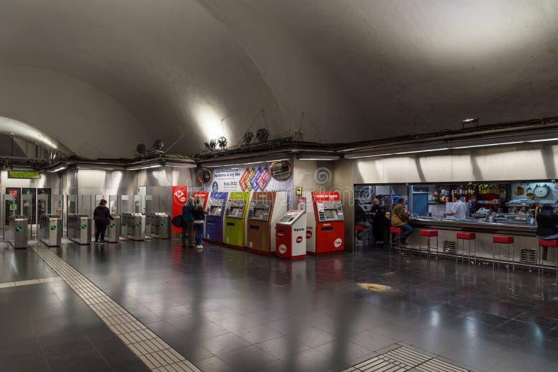 Máquinas de venda automática e barra do bilhete no metro de Barcelona fotografia de stock